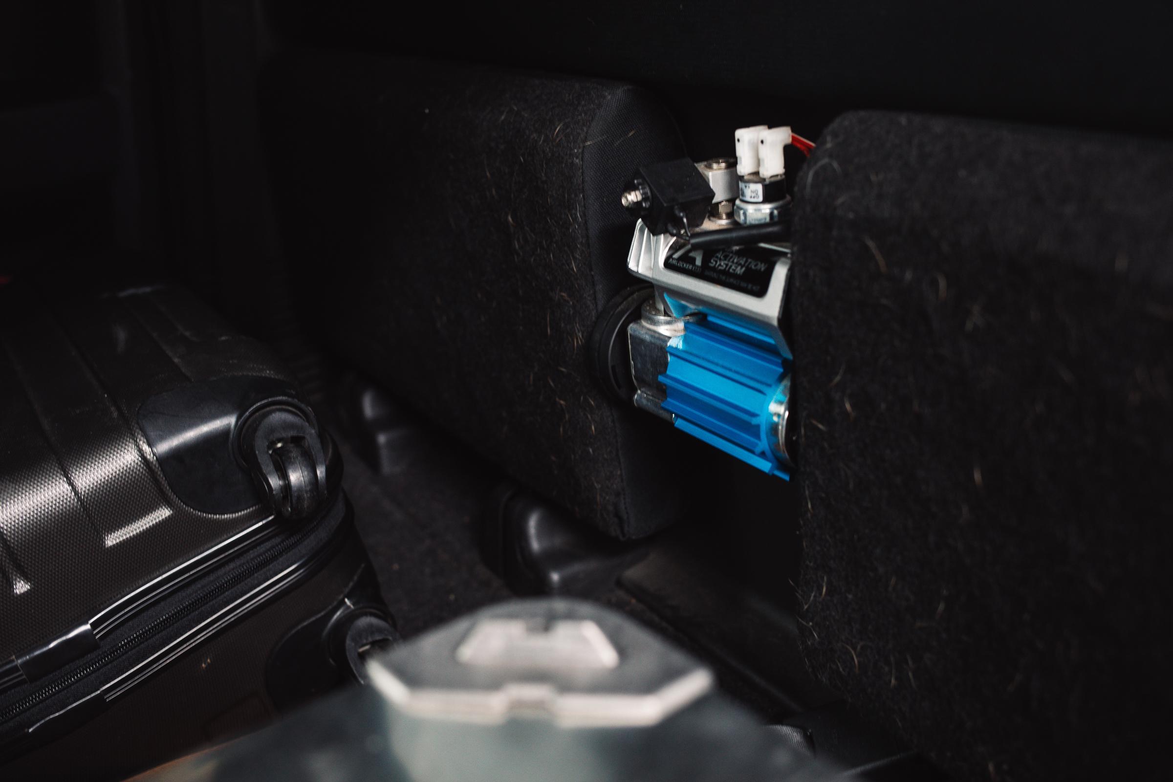 Trophy Isuzu D-MAX - Passt. Luftkompressor für die Differenzialsperren.