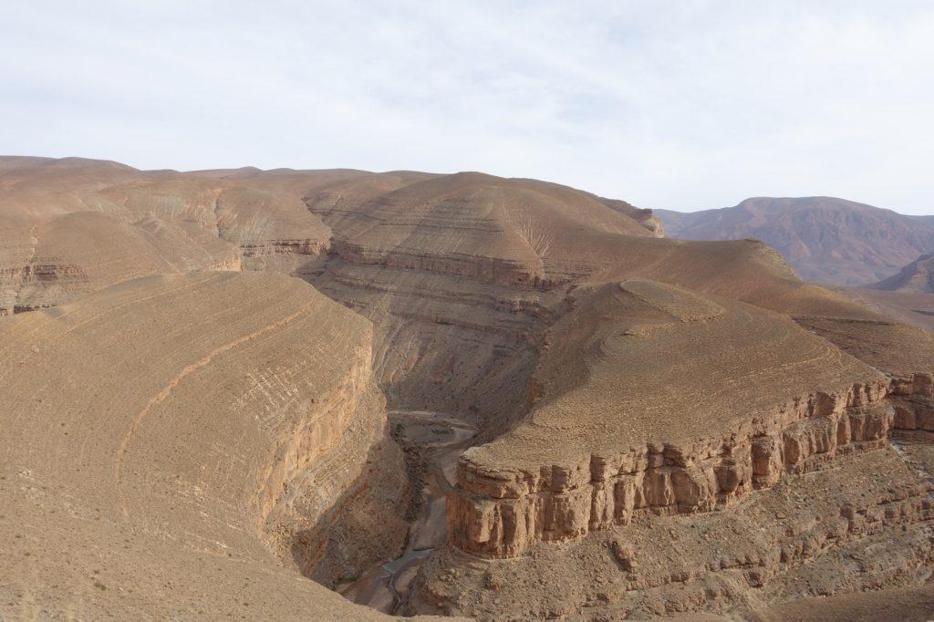 ...auf der Passhöhe ist sie karg hier erinnert mich die Schlucht an den Grand Canyon. Genau das macht Ihren Reiz aus.