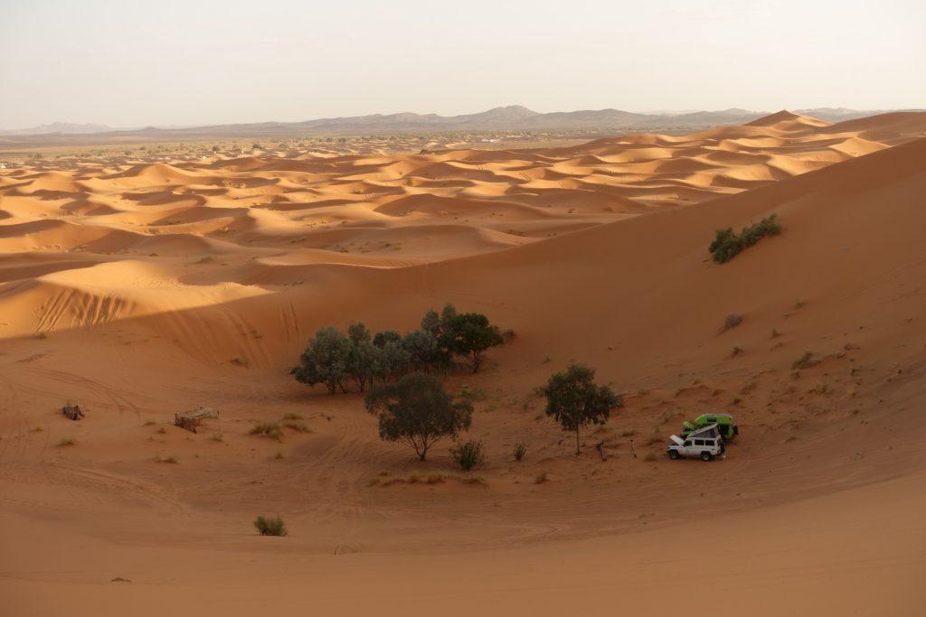 Toyota Land Cruiser in Marokko - Ein schöner Platz ist gefunden, die Hauben bleiben offen damit die Fahrzeuge besser auskühlen.