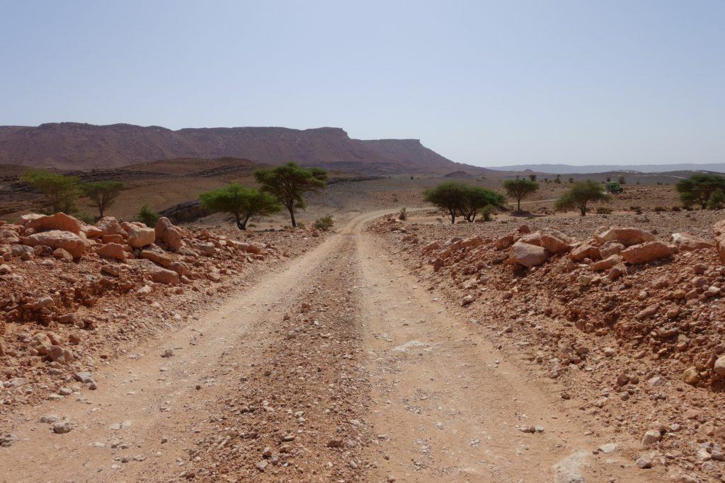 Hinter Merzouga lässt sich die Piste gut fahren, doch teilweise herrscht LKW Verkehr, denn hier im Süden werden zahlreiche Mineralien abgebaut.