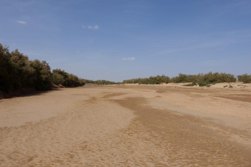 Das Wadi sieht nicht gut aus, der lehmige Schlamm setzt sofort die Reifen zu und dann geht nichts mehr.