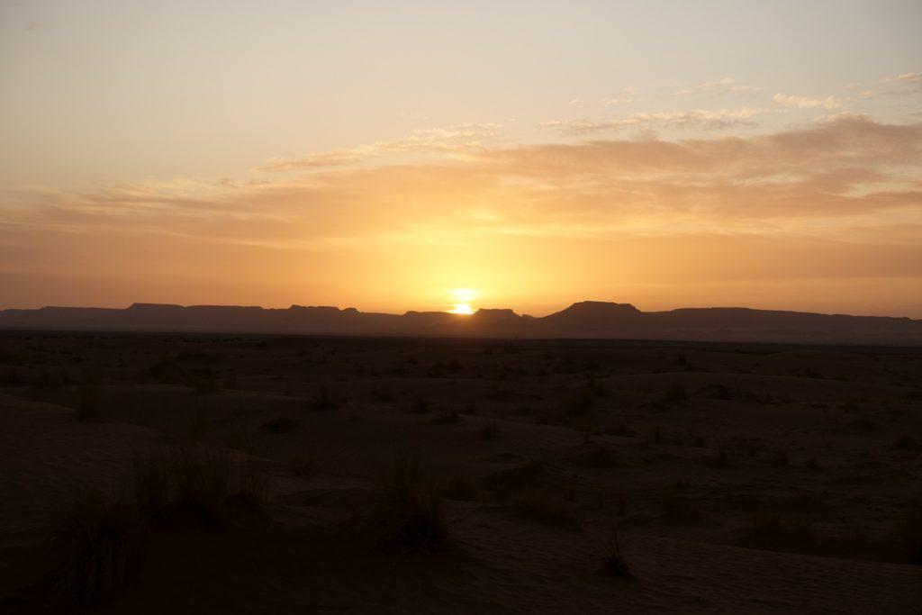 Malerisch geht die Sonne unter, danach genießen wir den klaren Nachthimmel und die absolute Stille, noch verwöhnt uns die Natur.