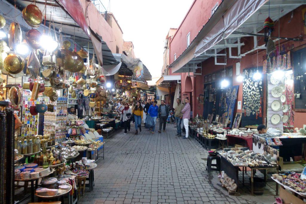 Toyota Land Cruiser in Marokko - Die Medina ist sehr Touristisch und es werden viele Waren aus Fernost angeboten. Ein Besuch lohnt sich trotzdem.