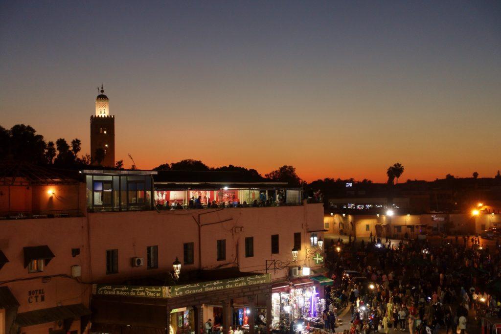 Toyota Land Cruiser in Marokko - Die Tajine ist vorzüglich und bei der Kulisse kann kein Sternerestaurant mithalten.