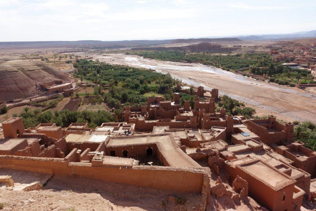 Die verwinkelte Kasbah liegt uns zu Füßen. Sie ist landestypisch nur aus Holz und Lehm gebaut.