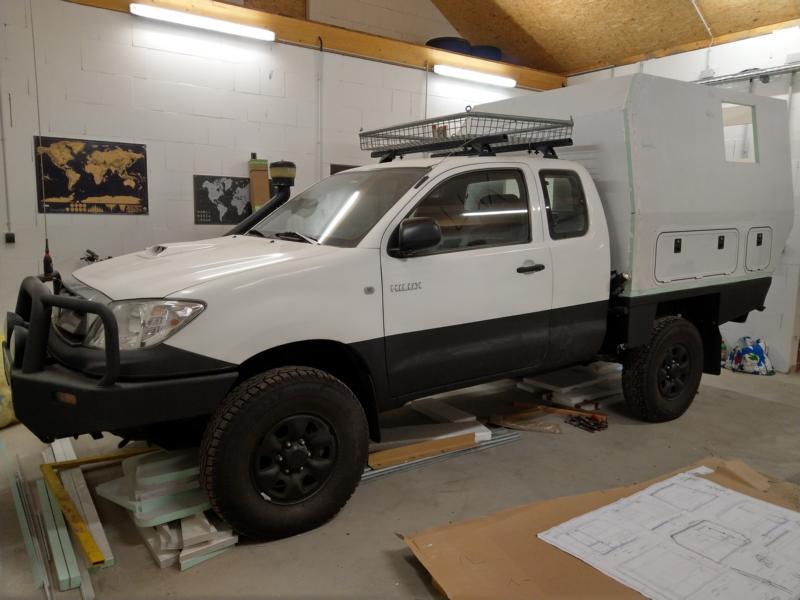 Umbau eines Toyota Hilux Extra Cab - Stimmiges Bild mit Kabine.