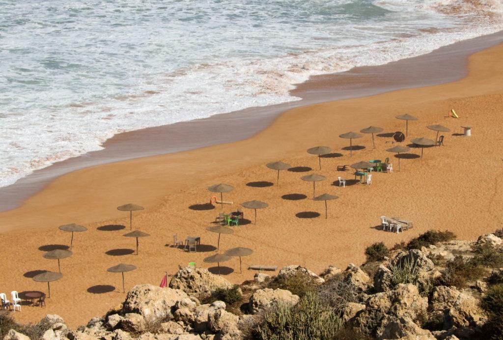 Einsamer Strand bei Lalla-Fatna, surfen für Fortgeschrittene.