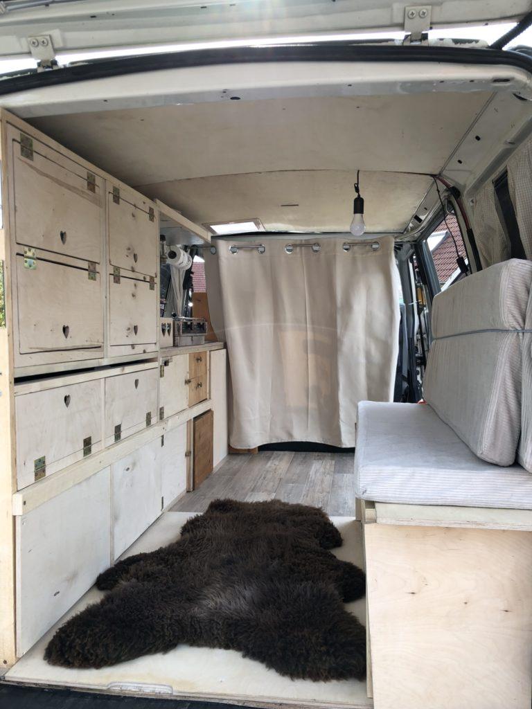 VW Bus T4 Syncro Reisemobil - Mit ein paar Handgriffen vom Schlafen zum Sitzen.