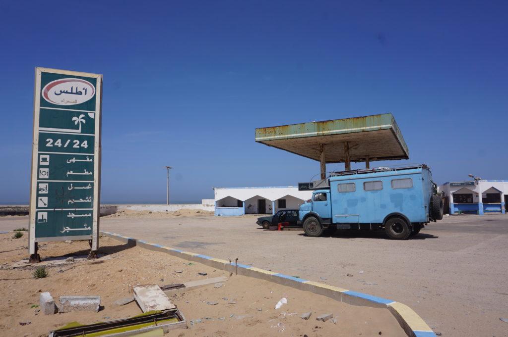 Mit Frau Scherer durch die Westsahara - Steuerfrei in der Wüste tanken.