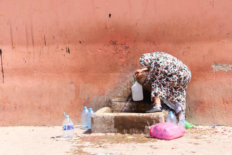 Gutes Trinkwasser kommt in Guelmim aus einer Mauer.