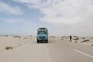 Mit Frau Scherer durch Westafrika - Frau Scherer am Straßenrand, links zu sehen.