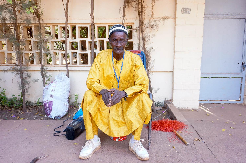 Mauretanien und Mail - Der alte Mann an der Straßenecke heißt Housman. Wir plaudern gern mit ihm.