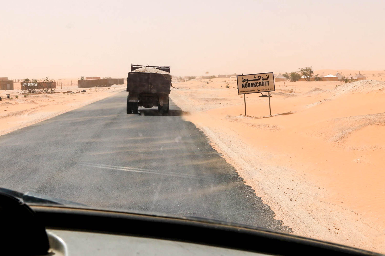 So sieht es tatsächlich am Ortseingang zu Mauretaniens Hauptstadt Nuakschott aus.
