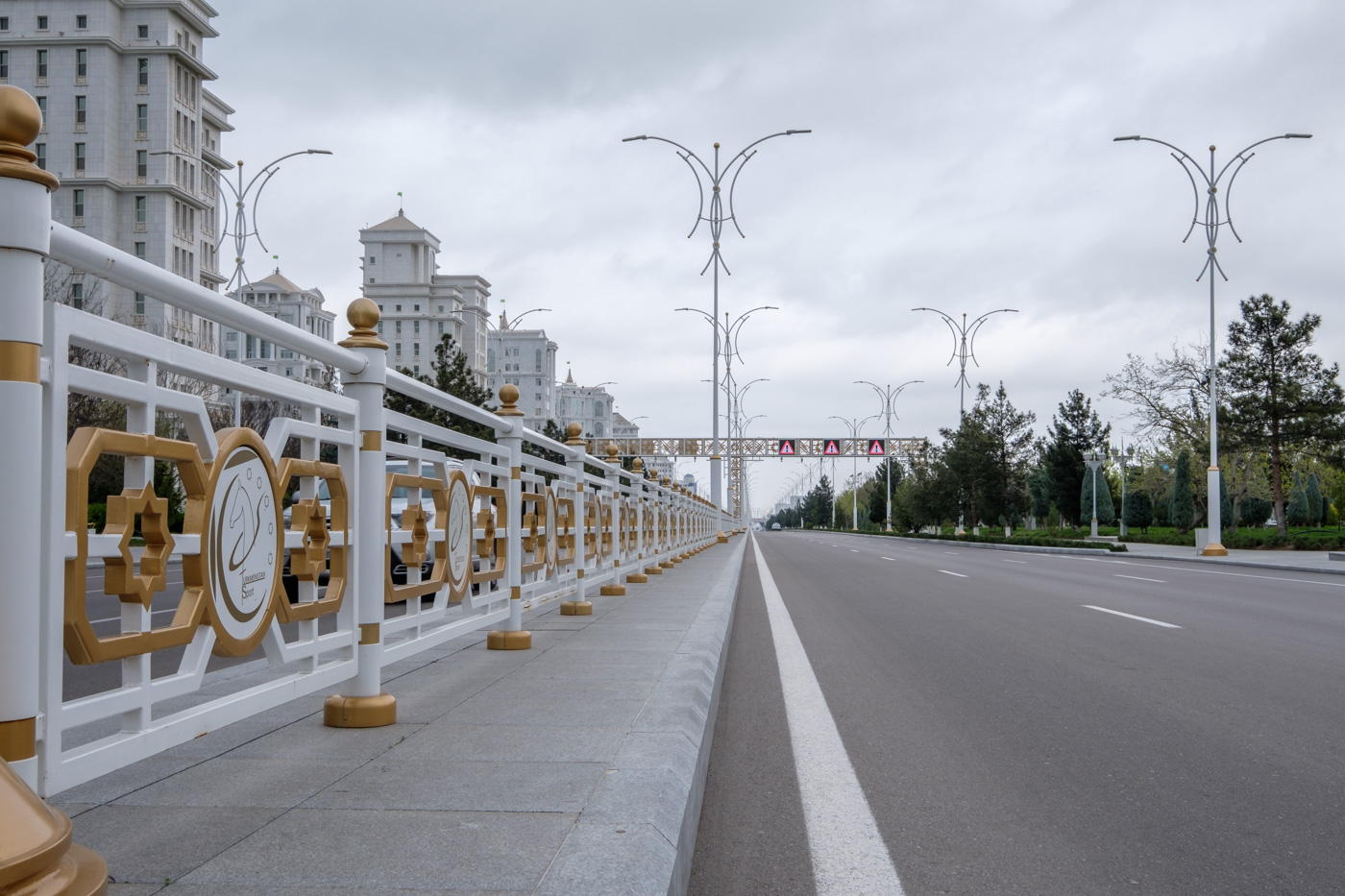 Turkmenistan - Leere Straßen in Aschgabat.