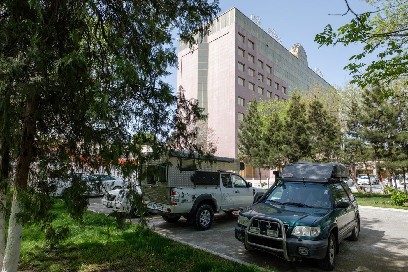 Übernachtungsplatz vor dem Ak Altyn Hotel in Aschgabat.
