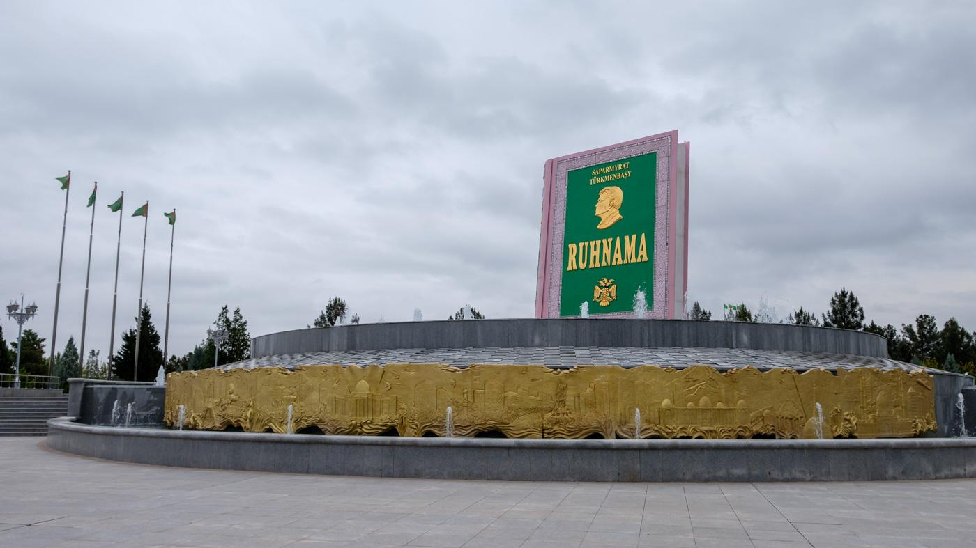 Turkmenistan - Ruhnama Denkmal in Aschgabat.