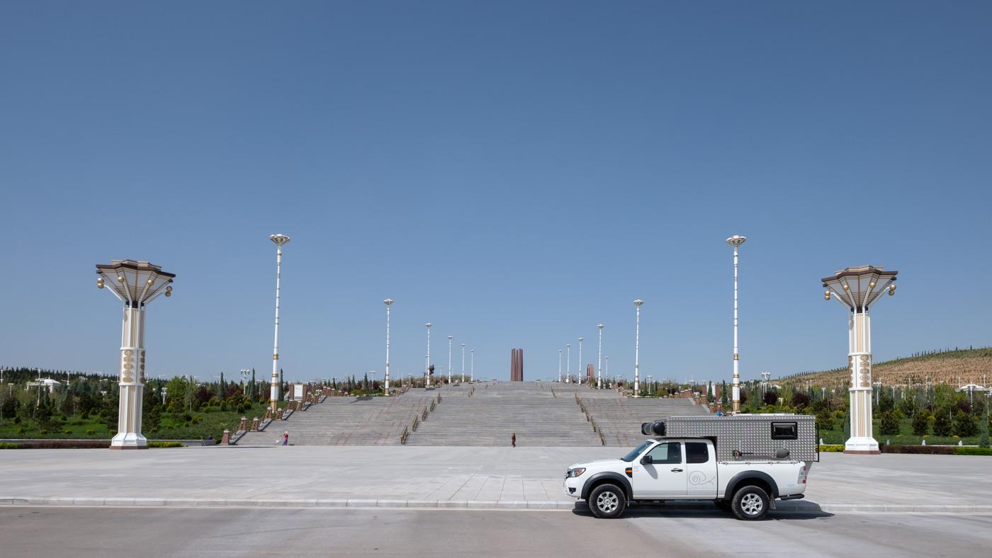 Turkmenistan - Vor dem Halk-Hakydasy-Gedenkkomplex