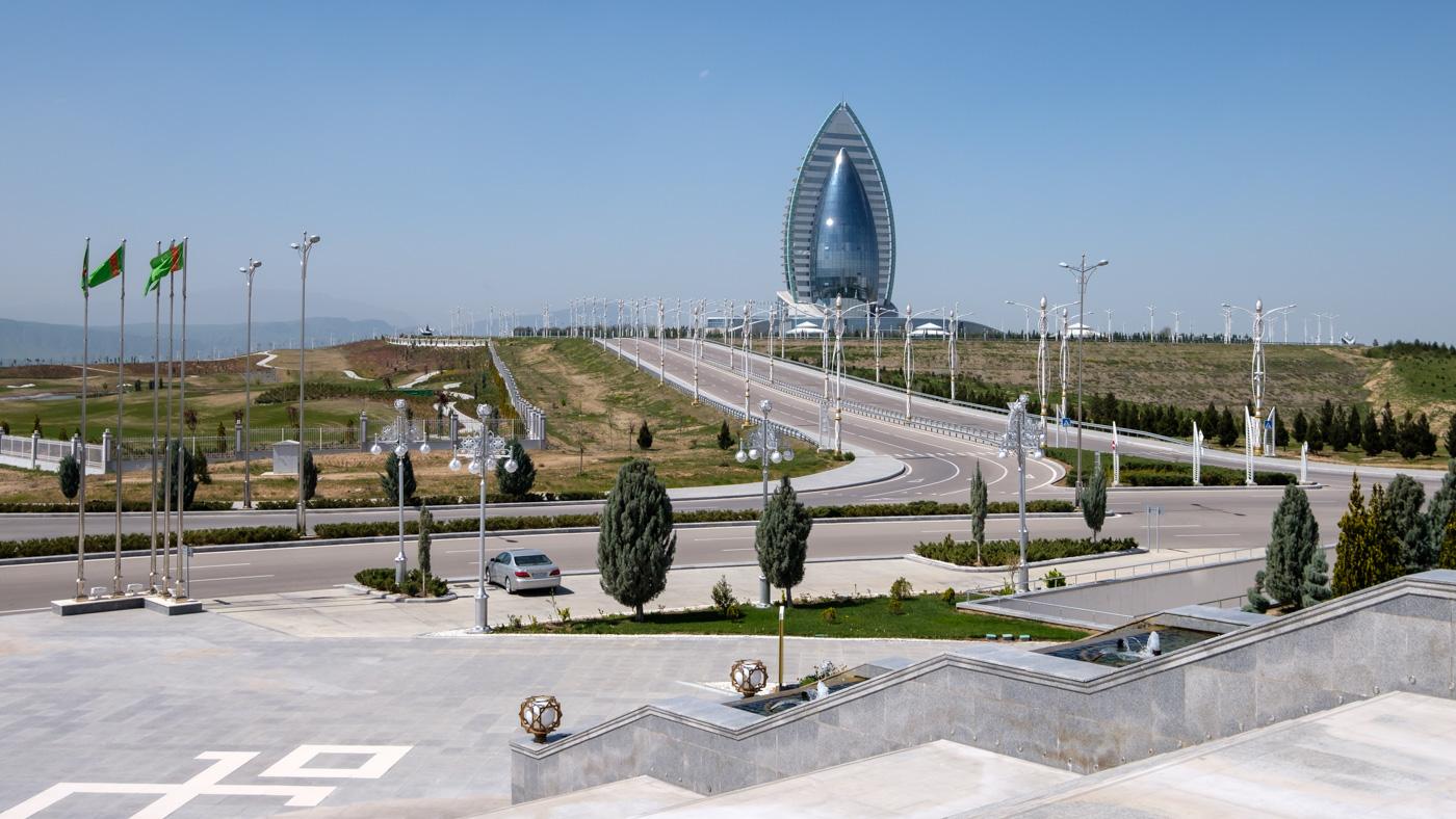 Gegenüber des Hochzeitspalasts steht das anscheinend dem Burj al Arab nachempfundene Yyldyz Hotel. Es ist weit außerhalb der Innenstadt gelegen und Übernachtungspreise beginnen bei 350 Euro. Gäste haben wir keine gesehen.