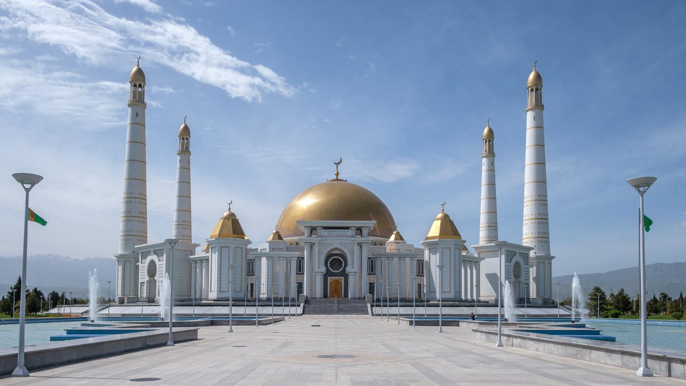 Die Turkmenbaschi Ruhy Moschee bietet Platz für 10.000 Gläubige. Der frühere Präsident Saparmyrat Nyýazow, seine Mutter und seine beiden Brüder liegen in einem Mausoleum nebenan begraben. Der Bau wird von vielen Muslimen abgelehnt, da neben Koransuren auch Texte der Ruhnama, dem Buch des Präsidenten, an den Wänden verewigt sind.