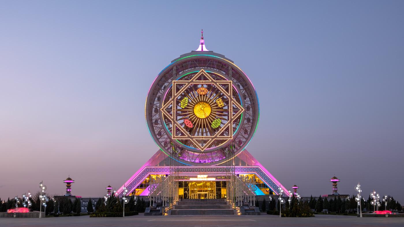 Das Alem Center hält einen skurrilen Rekord: es beinhaltet das größte Indoor-Riesenrad der Welt mit 46,7 Metern Höhe.