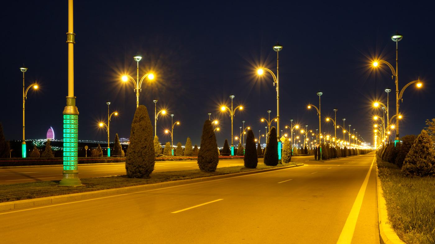 Nachts verwandelt sich Aschgabat in ein Lichtermeer. Und das obwohl mittlerweile als Stromsparmaßnahme weniger beleuchtet wird als noch vor einigen Jahren.