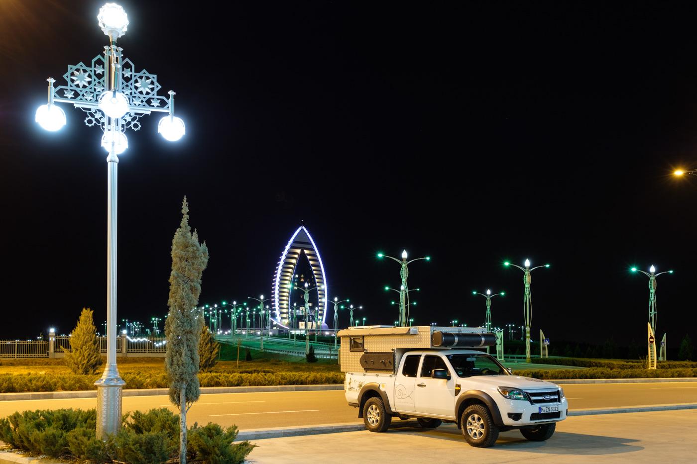 Leere Straßen und Parkplätze vor dem Hochzeitspalast und dem Yyldyz Hotel.