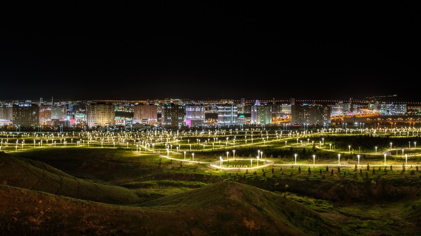 Panorama von Aschgabat bei Nacht.