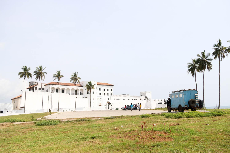 Frau Scherer vor dem St. George's Castle in Elmina.
