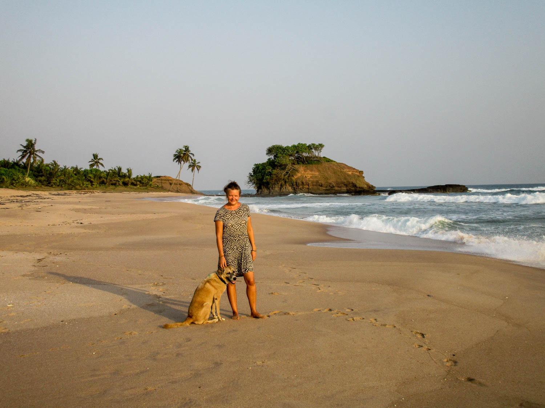 Berit mit Hund - Wir trennen uns nur ungern von dem schönen Strand bei Butre.
