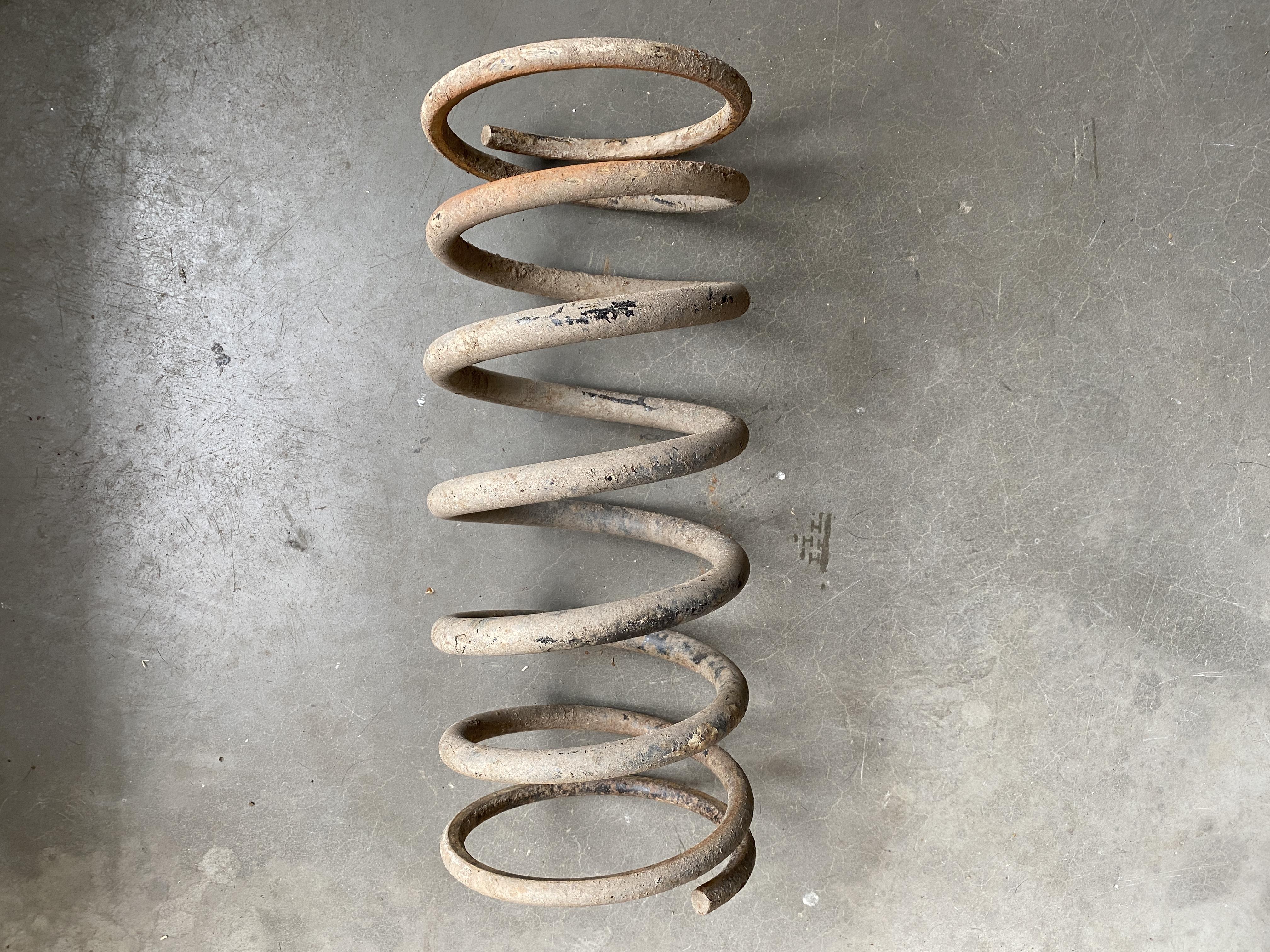 Schraubenfeder mit unterschiedlichen Drahtdurchmessern aus dem Steyr Puch G.