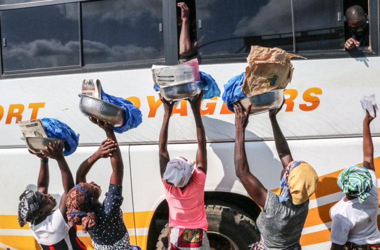Elfenbeinküste und Ghana - An Straßensperren zu fotografieren ist verboten, doch davor verkaufen Frauen ihre Waren an Reisende.