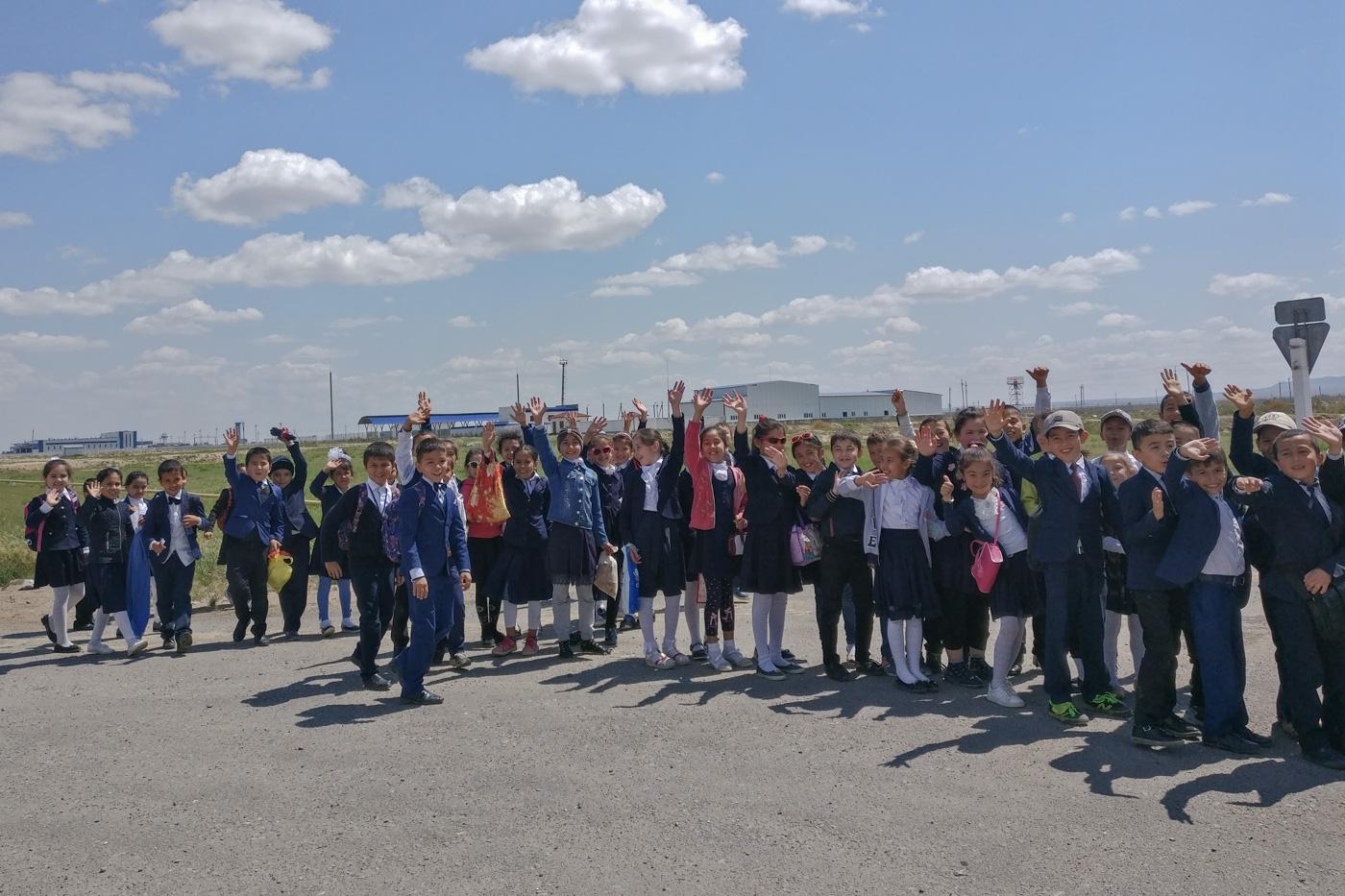 Begrüßung durch eine Schulklasse.