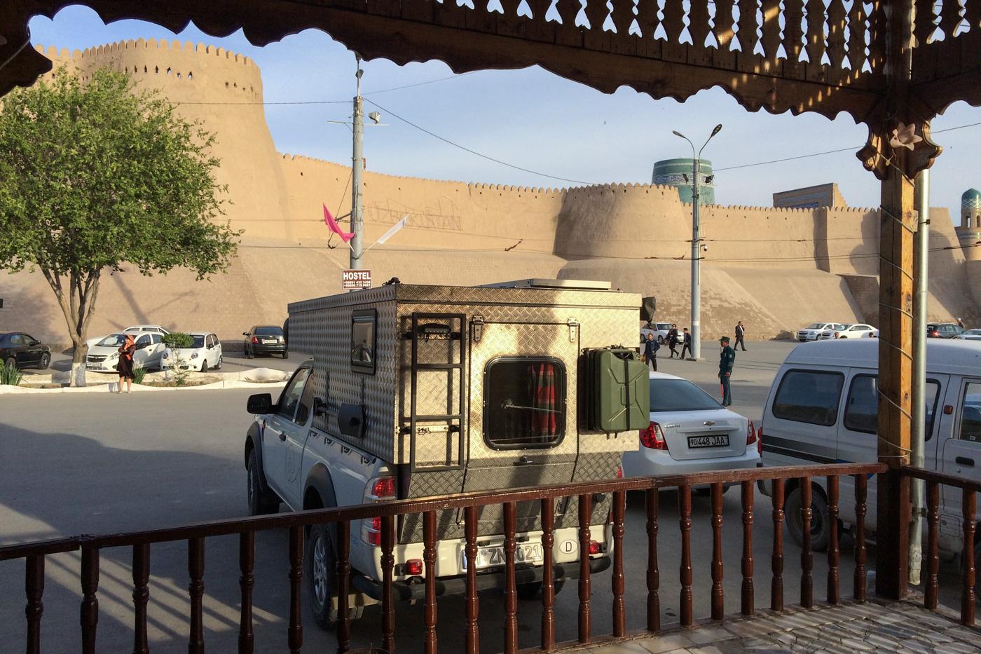 Deutlich weniger ruhiger Stellplatz vor einem Hostel direkt am Westtor zur Altstadt Chiwas.
