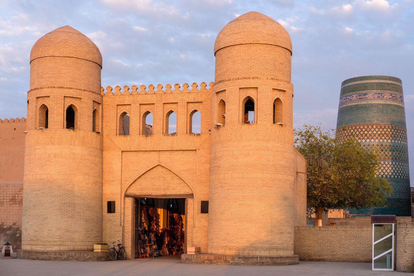 Usbekistan, Zentrum der Seidenstraße - Das Itschan-Kala Westtor (Ota-Darvoza) in Chiwa.
