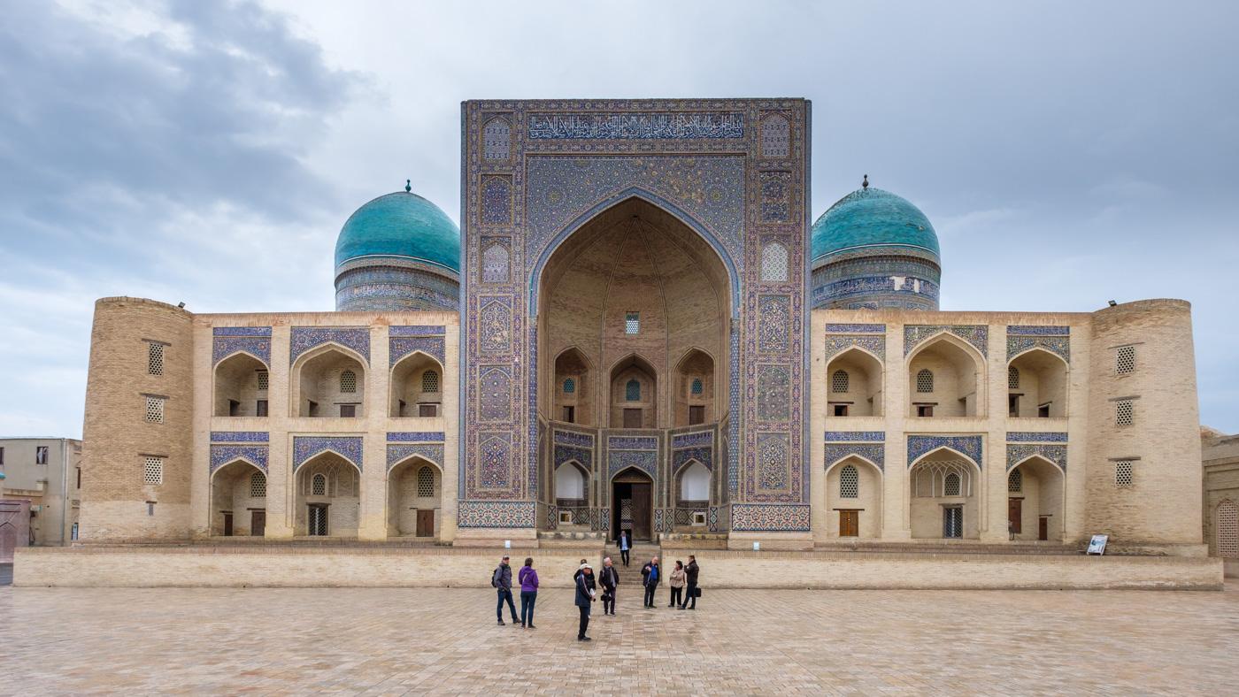 Usbekistan, Zentrum der Seidenstraße - Hauptfassade der Mir-Arab Medresse in Buchara.