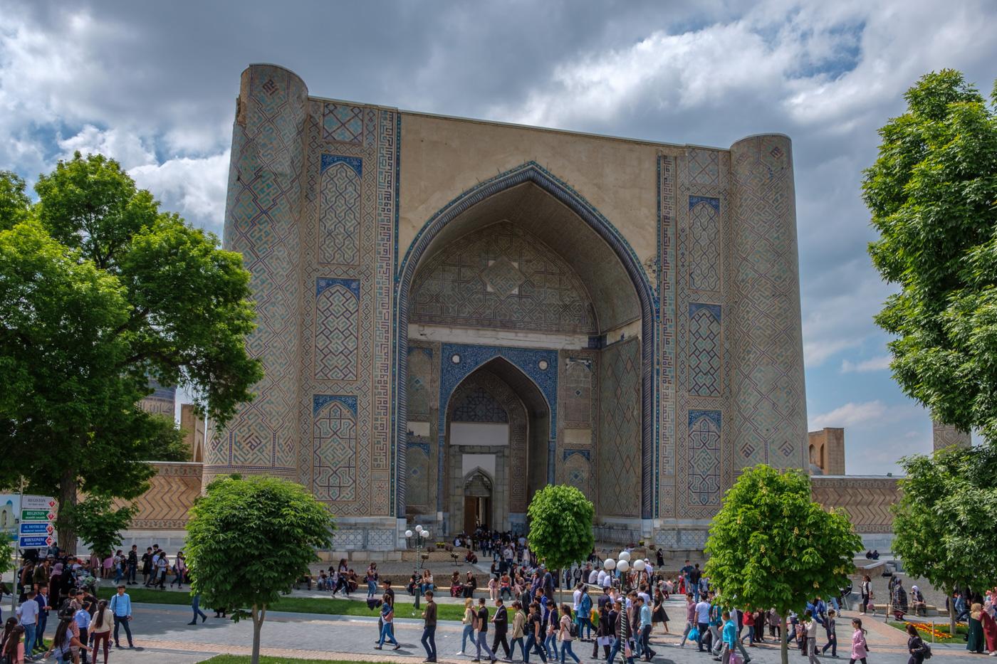 Das etwa 40 Meter hohe Eingangsportal der Bibi-Chanum-Moschee.
