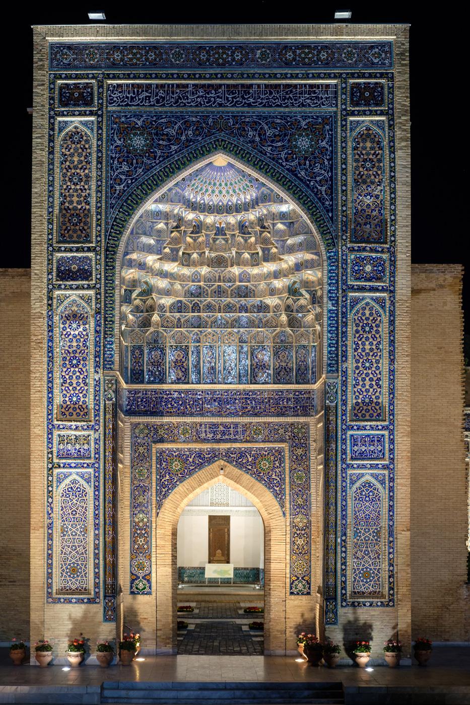 Usbekistan, Zentrum der Seidenstraße - Nächtlich beleuchtetes Eingangsportal des Gur-Emir-Mausoleums.