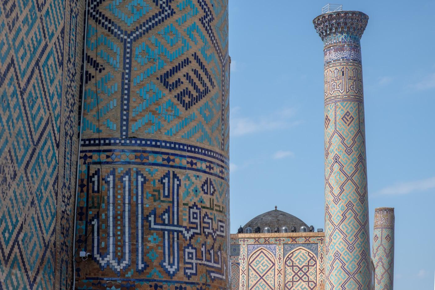 Usbekistan, Zentrum der Seidenstraße - Blau-türkise Fliesenmuster der Sher-Dor- (Vordergrund) und der Ulugh-Beg-Medresse (Hintergrund).