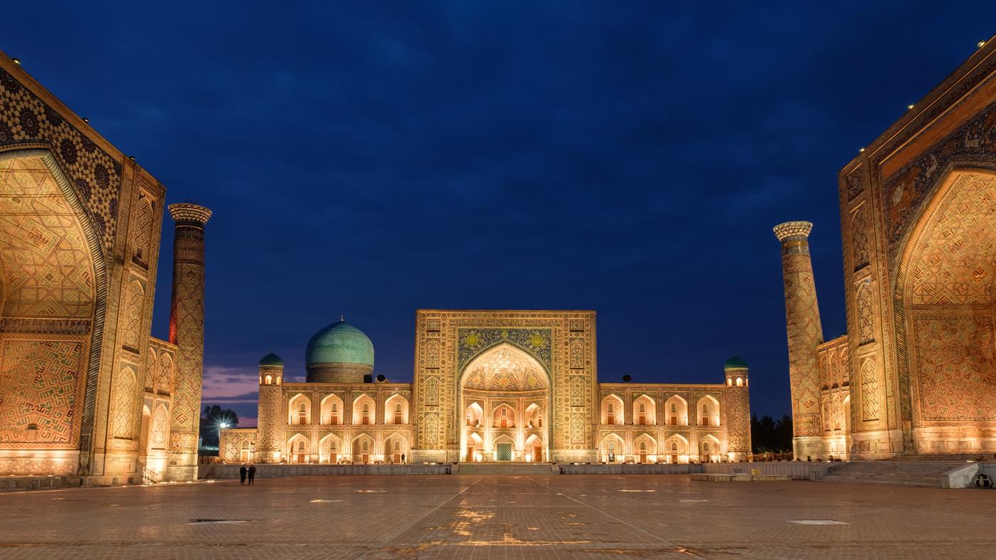 Usbekistan, Zentrum der Seidenstraße - Usbekistan, Zentrum der Seidenstraße - Beleuchteter Registan bei einsetzender Nacht.