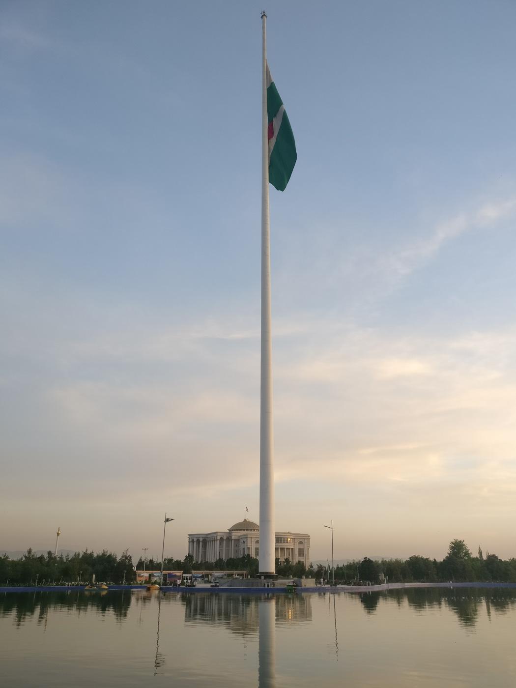 Der Fahnenmast in Duschanbe ist mit seinen 165 Metern seit 2014 nur noch der zweithöchste der Welt. In diesem Jahr wurde er von einem Mast in Dschidda übertrumpft. Im Hintergrund ist der Palast der Nationen zu sehen, die Residenz des Präsidenten.