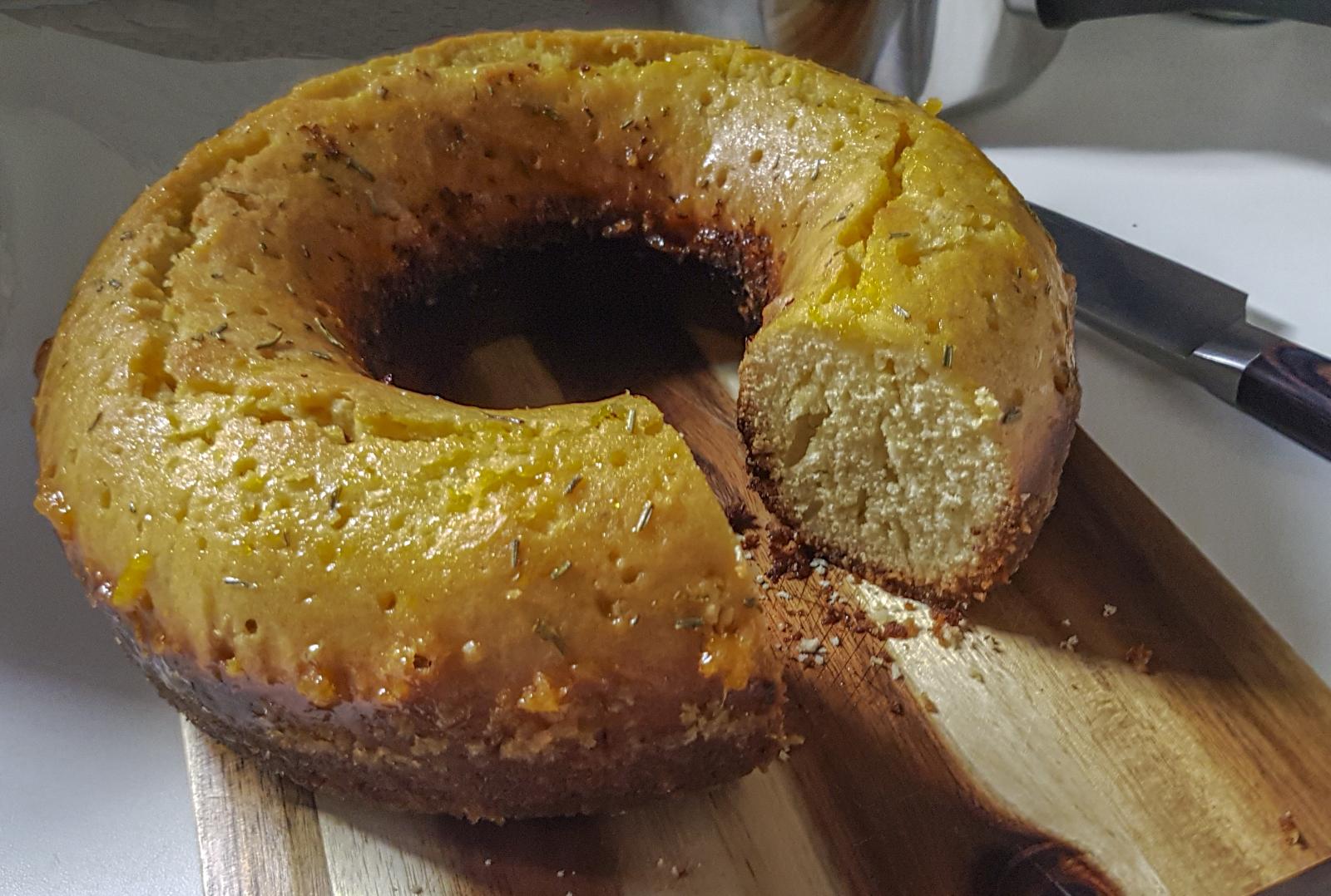 Lässt man den Kuchen mit dem Sirup einen Tag ziehen, schmeckt er erst richtig gut.