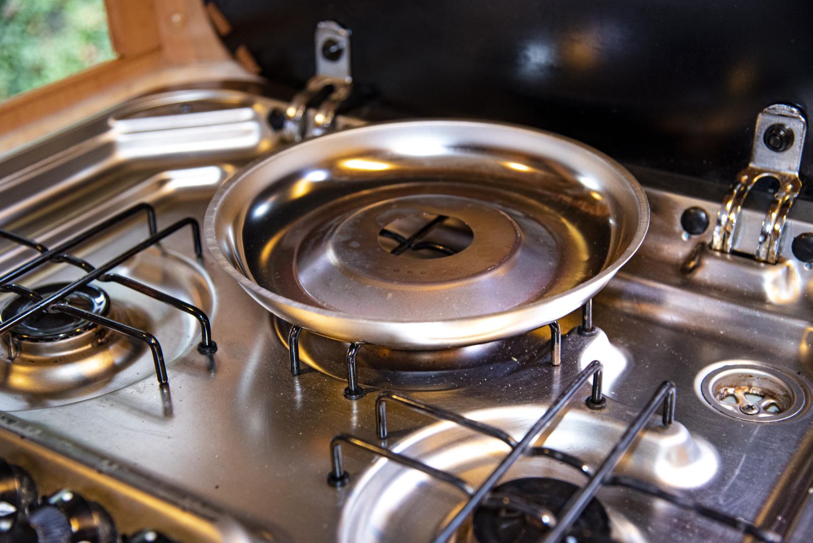 Das Untergestell sorgt für die Unterhitze. Es ist aus Edelstahl und verteilt die Hitze der Kochplatte gleichmäßig.