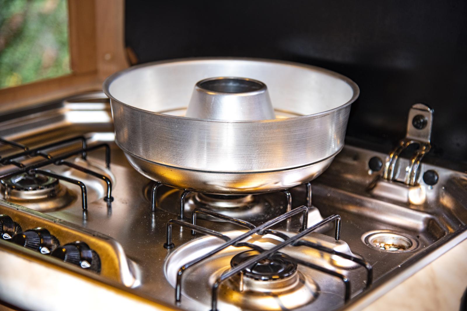 Die Backform ähnelt einer runden Kuchenform. In ihr lassen sich auch Brote backen oder Aufläufe zaubern.