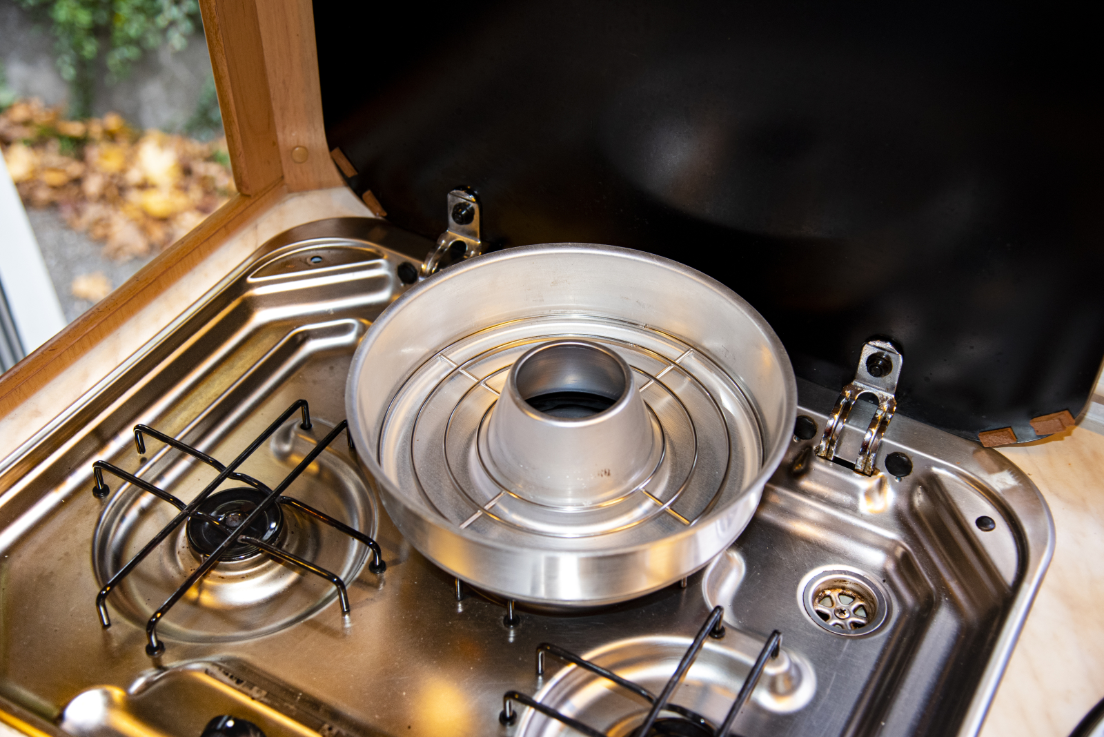 Als Zubehör ist ein Gitterrost zum Aufbacken von Brötchen erhältlich. Außerdem gibt es eine Silkonform, die den Kontakt zwischen Aluminium und Speisen vermeidet.
