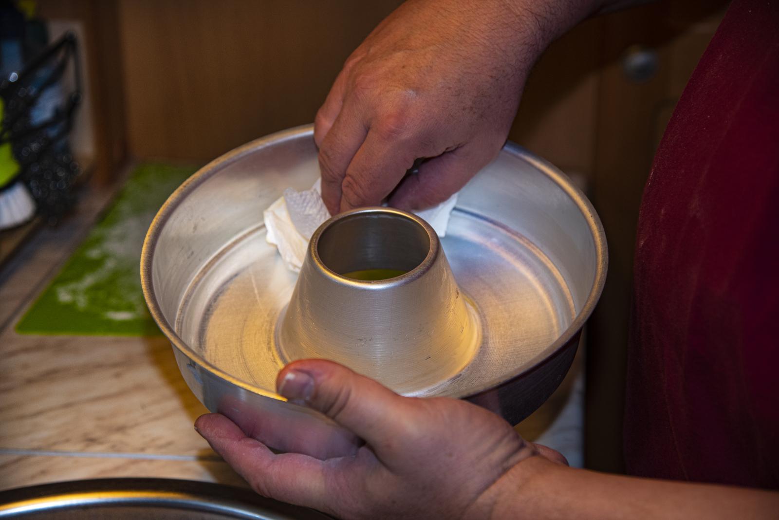 Rezepte für den Omnia Camping-Backofen - Vor dem Backen muss die Backform eingefettet werden. Der Hersteller rät außerdem dazu, sie zusätzlich mit Semmelbröseln auszustreuen.