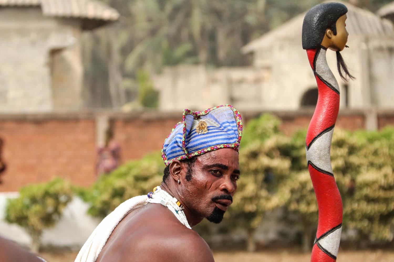 Voodoo in Benin: Der fotogene Fetischeur macht mächtig Eindruck...