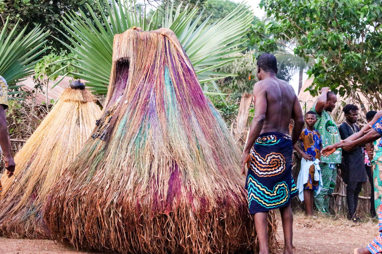 """Voodoo in Benin: Ein Zangbeto mit """"Ponyfrisur""""."""