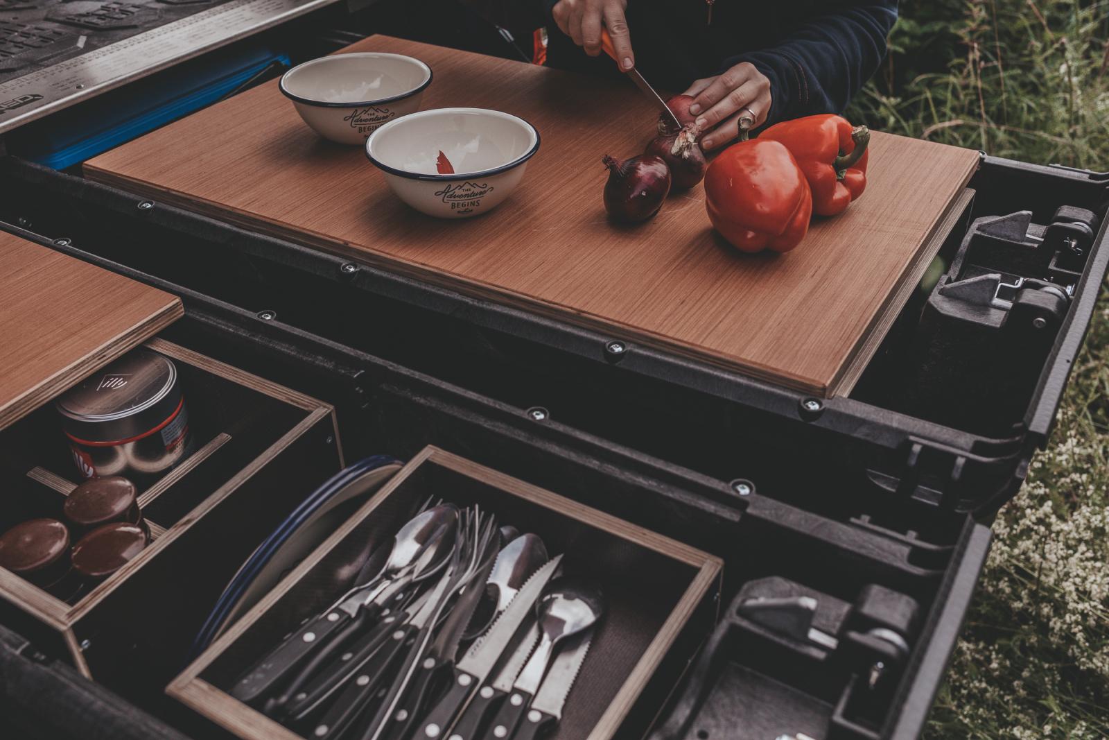 Das Decked-Schubladensystem eignet sich auch als Arbeitsunterlage.