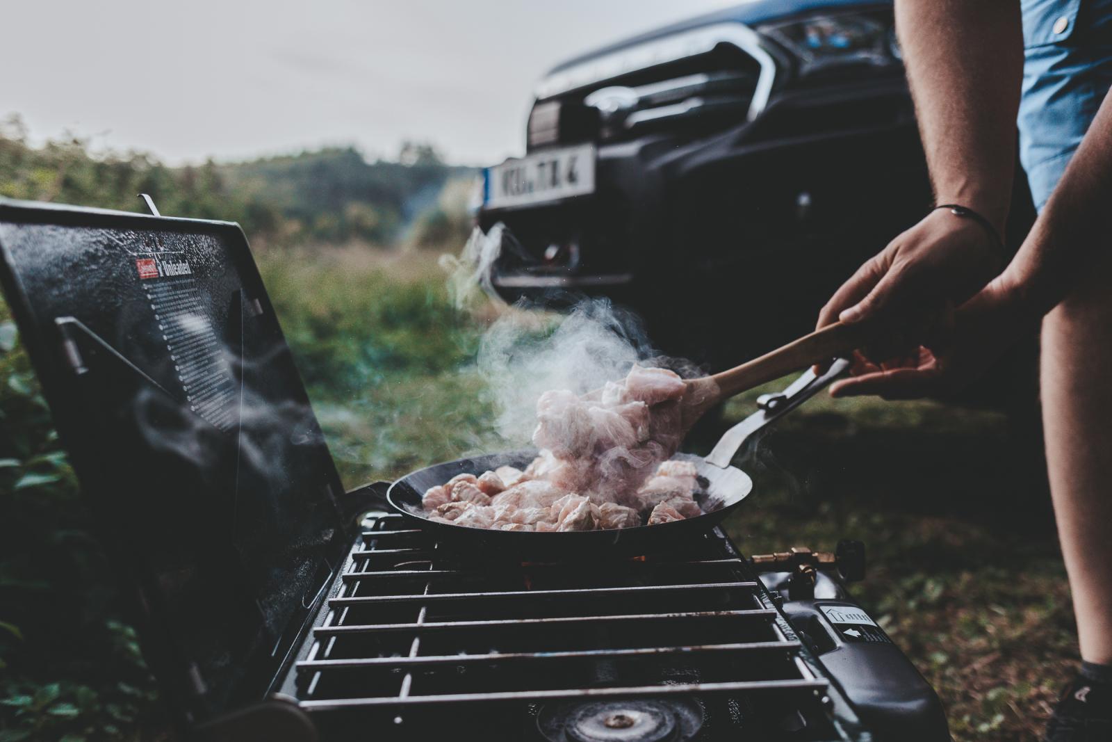 Camping mit dem Decked-Schubladensystem - Entspannt genießen, ohne viel Herumgeräume.