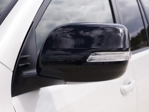 Toyota Land Cruiser 2020 - Die Außenspiegel sind in Schwarz gehüllt.